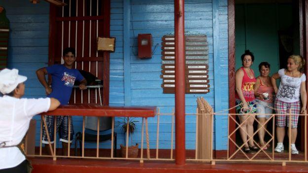 Cubanos se saludan