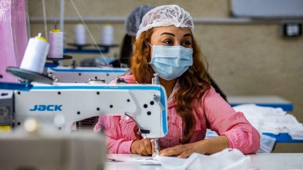 Una mujer hace mascarillas en el norte de Siria
