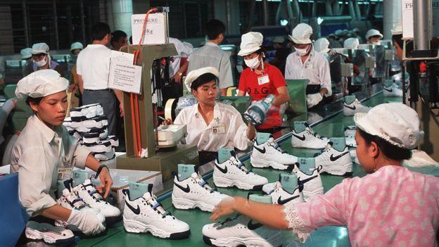 Lao động nữ Việt Nam sản xuất giày Nike ở Hồ Chí Minh từ năm 1997