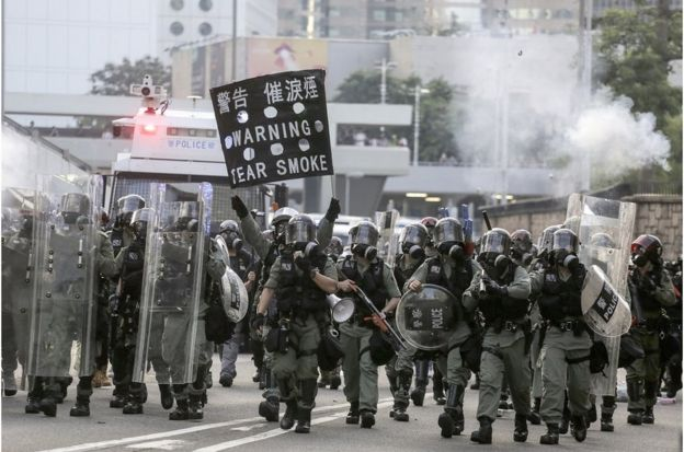 防暴警察警告將發射催淚彈