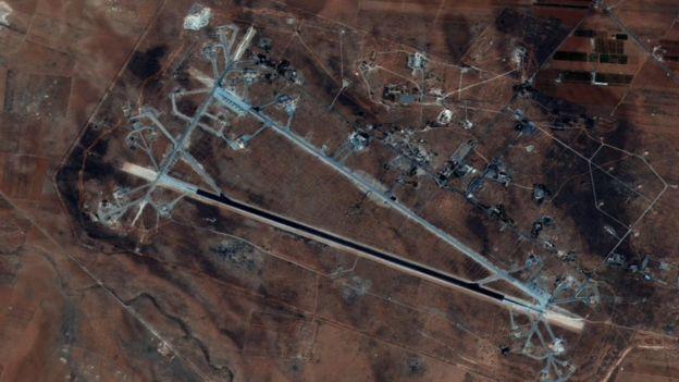 Foto satelital de la base aérea de Shayrat, en la region de Homs, Siria, octubre 2016