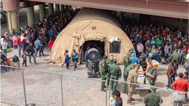 Instalación de las autoridades migratorias de EE.UU. para acoger migrantes en El Paso, Texas