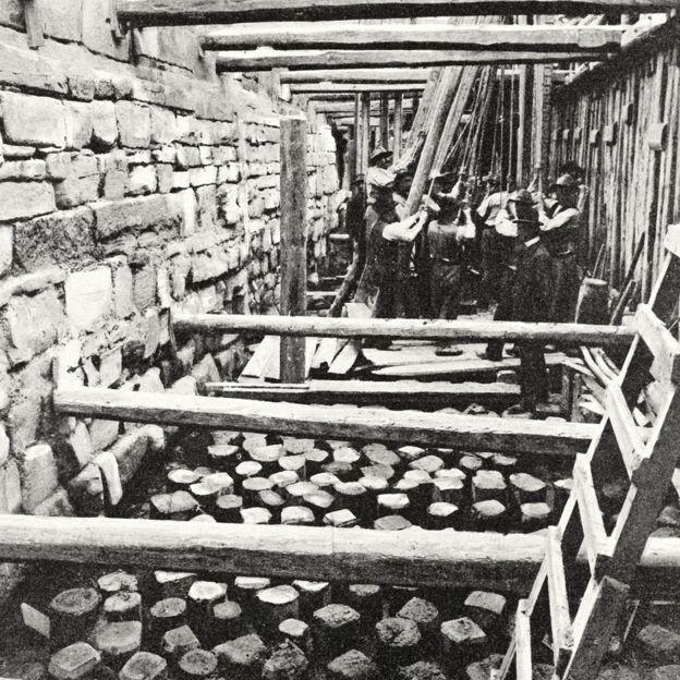 Trabalhadores constroem a base para o novo campanário da Basílica de São Marcos, em fotografia publicada na revista L'Illustrazione Italiana em 1905