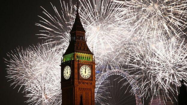 Fuegos artificiales de año nuevo alrededor del Big Ben