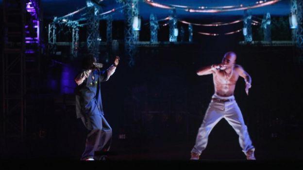 Un holograma del rapero Tupac Shakur (derecha) con Snoop Dogg en 2012.
