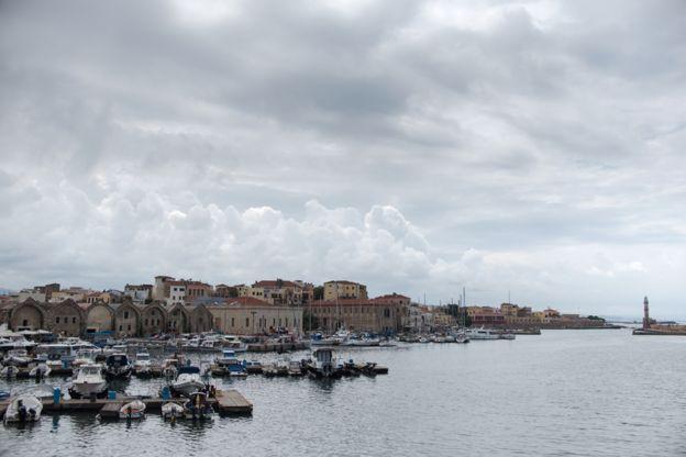 منظر من ميناء مدينة خانيا، التي يعيش فيها أحمد تارازالكيس وعائلته الآن