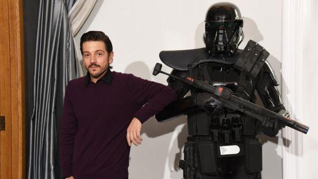 Diego Luna asiste a la sesión de fotos 'Rogue One: A Star Wars Story' en el Hotel Corinthia el 14 de diciembre de 2016 en Londres, Reino Unido.