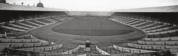 """ورزشگاه ومبلی با نام """"امپایر استادیو م"""" در آوریل ۱۹۲۳ افتتاح شد"""