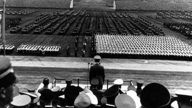 Adolfo Hitler liderando un desfile militar en Nuremberg