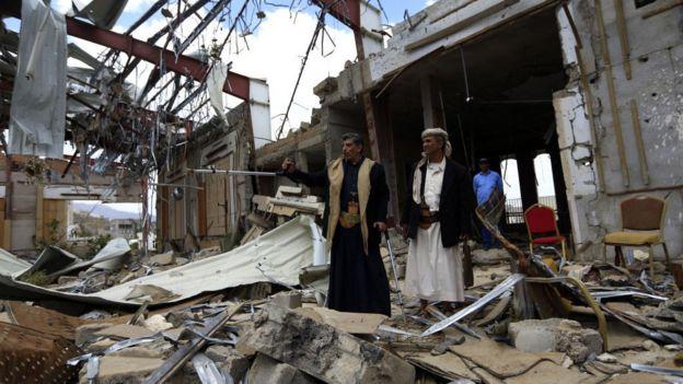 رجال يمنيون في موقع مبنى عزاء مدمر بغارة جوية للتحالف السعودي، في العاصمة اليمنية صنعاء، 8 أكتوبر/تشرين أول 2019