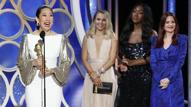 Drama dalında En İyi Kadın Oyuncu ödülünü kazanan Sandra Oh, aynı zamanda gecenin sunucularındandı