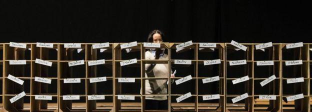 Масив от най-малко 44 кутии, всяка с етикет с име на кандидат