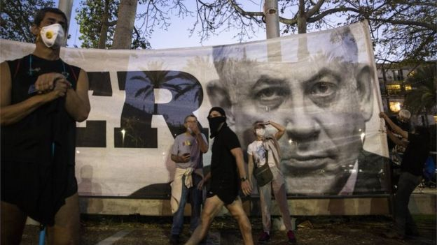 Image of Benjamin Netanyahu on a banner at an anti-corruption rally in Tel Aviv (19/04/20)