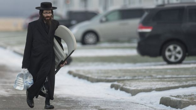Membro da comunidade Lev Tahor se deslocando no Canadá