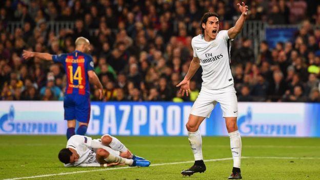Edinson Cavani reclama el penalti sobre Di María