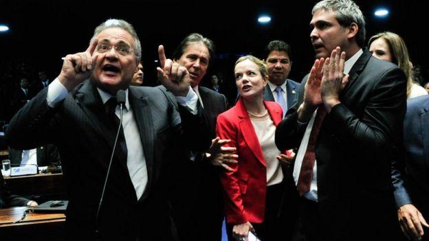 O senador Renan Calheiros (na foto, à esquerda) discursa ao lado de colegas, com Gleisi Hoffman no plano de fundo