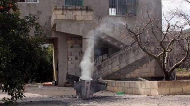 Остатки израильской ракеты, запущенной по позициям сирийских военных, но упавшей в одной из деревень