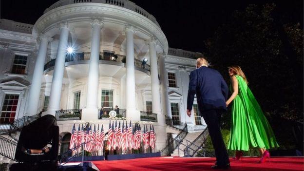 Donald y Melania Trump a las afueras de la Casa Blanca, durante el cierre de la Convención Nacional Republicana.