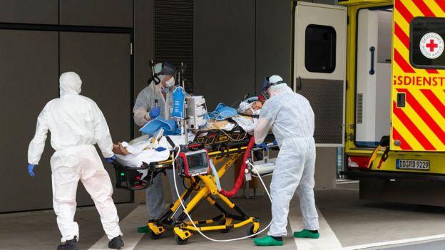 Stafi shihet me një pacient nga Italia në Klinikën Spitalore Corona në Spitalin Universitar Dresden më 26 Mars 2020 në Dresden, Gjermani
