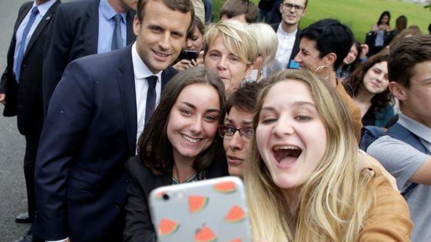 Estudiantes se toman una foto con el nuevo presidente francés Emmanuel Macron