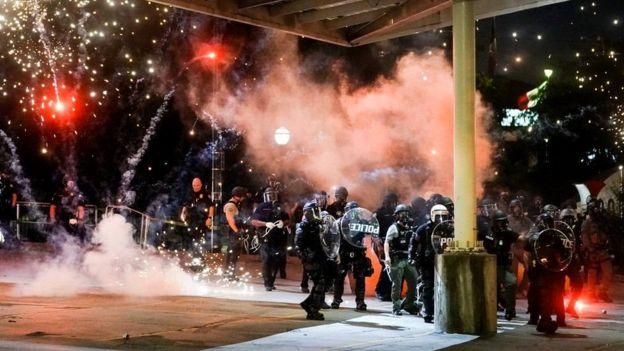 В Атланте, штат Джорджия, полицейских во время акции протеста забрасывали петардами