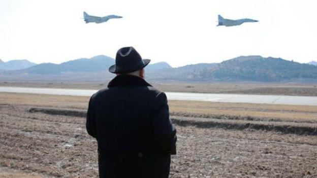 Rais Kim Jong un akizitazama ndege za kivita za taifa hilo.