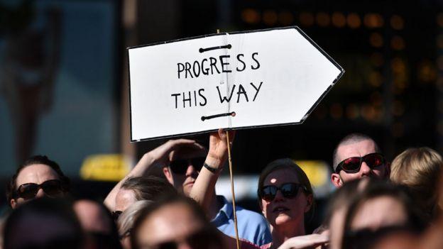 """Marcha proaborto en Irlanda con un cartel que dice: """"Progreso en esta dirección""""."""