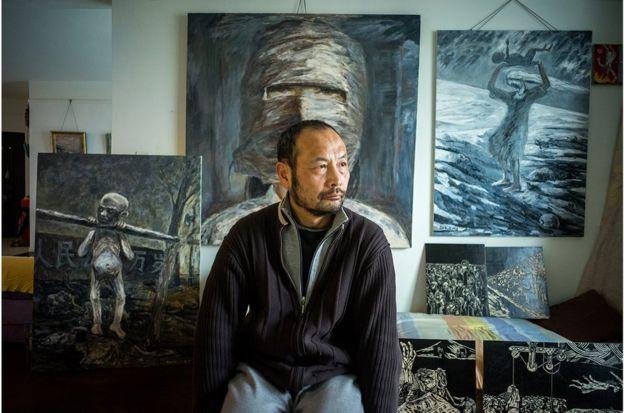 胡傑1958年生;曾在解放軍藝術學院油畫班進修兩年;後從事獨立紀錄片拍攝。1995年拍攝《圓明圓的畫家生活》;主要作品有:《遠山》、《遷徙》、《媒婆》、《在海邊》、《我雖死去》、《平原上的山歌》、《尋找林昭的靈魂》和《星火》等。