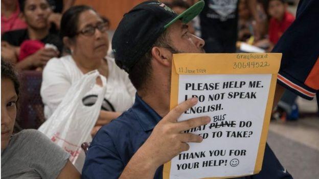 Un migrante sostiene un sobre