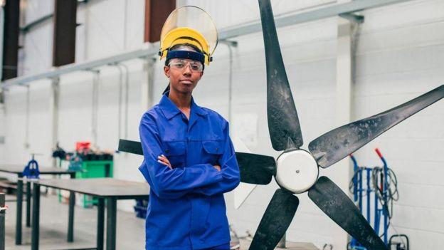 Mujer en una fábrica