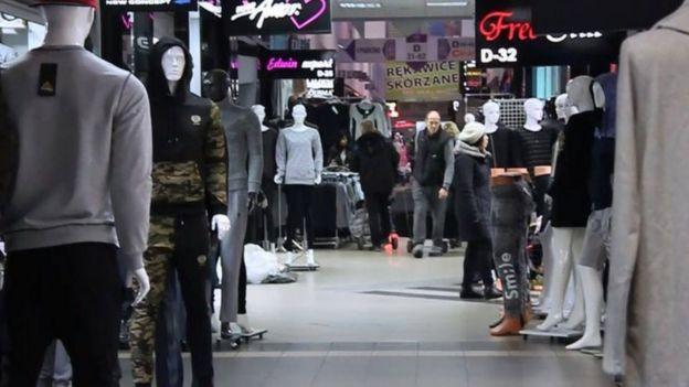 Tiệm quần áo của người Việt trong khu thương mại ở Wólka Kosowska, gần Warsaw