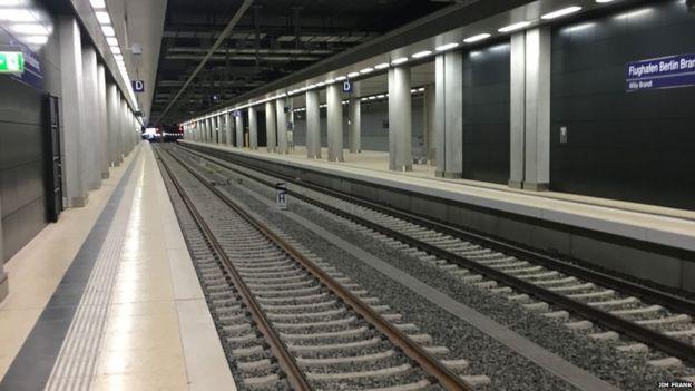 """Por la estación, solamente transita cada día un """"tren fantasma"""" para mantener el aire en movimiento."""