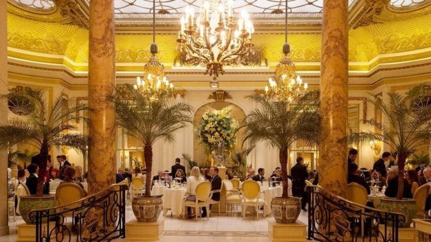 Ritz'de ikindi çayıTelif hakkıALAMY Image caption Londra'da ikindi çayı geleneğini eskiden olduğu şekliyle sürdüren lüks oteller var.