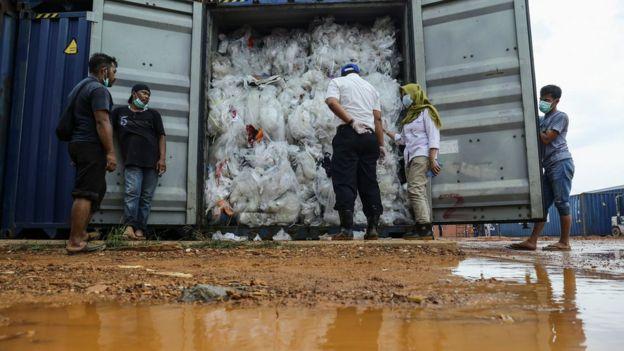 Contenedores repleto de basura.