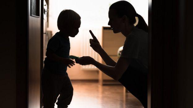 siluetas de un niño y una mujer