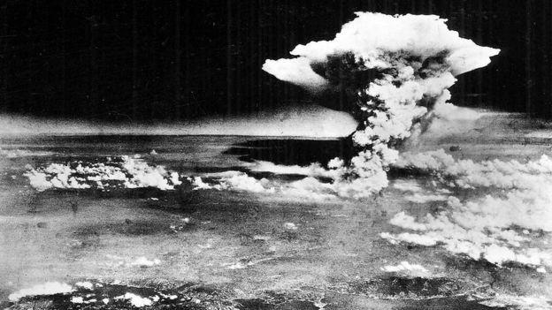 Foto aérea de la explosión de la bomba atómica en Hiroshima, Japón.