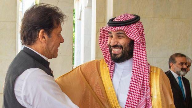 استقبال محمد بن سلمان (راست) از نخست وزیر پاکستان در جده - ۱۹ سپتامبر
