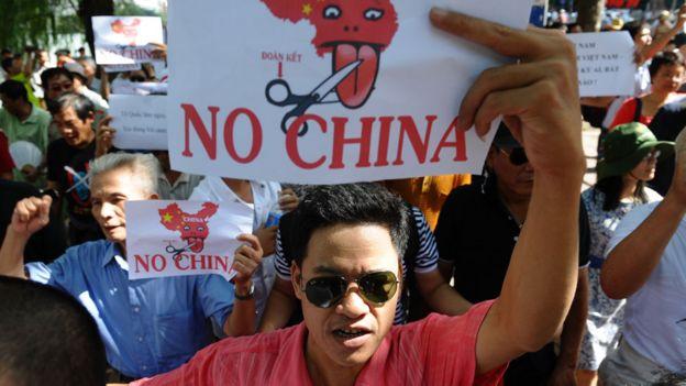 Manifestantes en Vietnam con carteles en contra de China