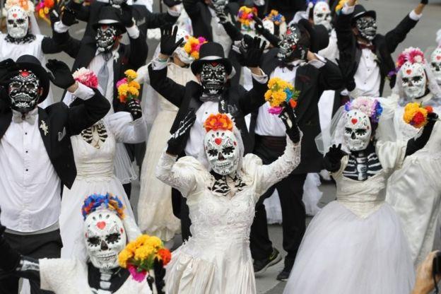 """موكب """" كاترينا """" في المكسيك يحتفل بالراحلين عنهم"""
