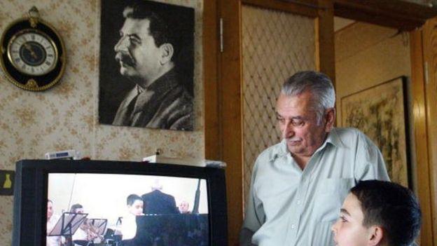 Yevgeni Çugaşvili 2006'da Tiflis'te torunuyla