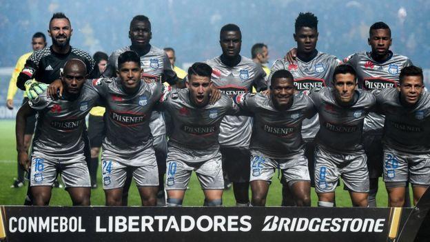 Emelec de Ecuador posa antes de un partido de la Copa Libertadores