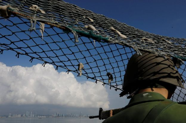 """費玉清出道時唱過許多愛國歌曲,好比1979年的《國恩家慶》,當時正逢國民黨""""反攻大陸""""時期(圖為台灣金門烈嶼島上的國軍士兵雕塑)。"""