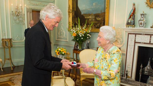 James Dyson con la reina Isabel II