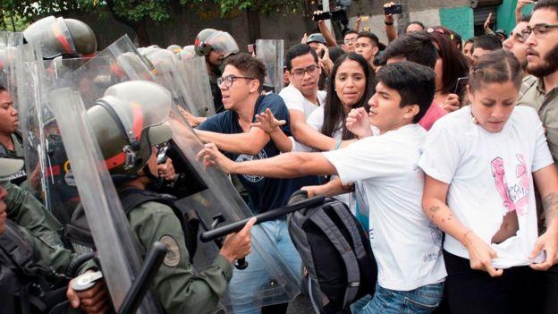 Enfrentamiento entre manifestantes y policías en Venezuela