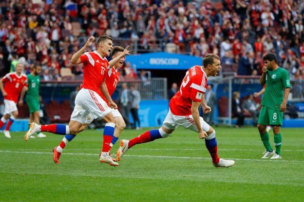 Rusia ya golea gracias a Artem Dzyuba, que poco después de entrar al campo anotó el tercero de los anfitriones.