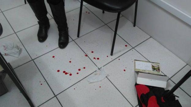 Gotas de sangue no chão da escola