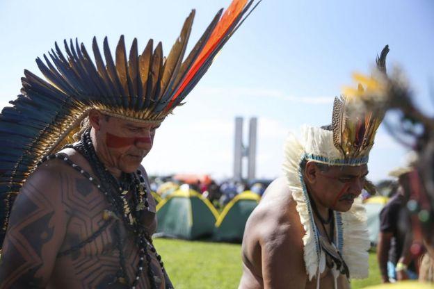 índios em manifestação diante do Congresso Nacional, em Brasília
