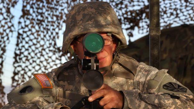 Un soldado de EE.UU. vigila la frontera en Nogales, California