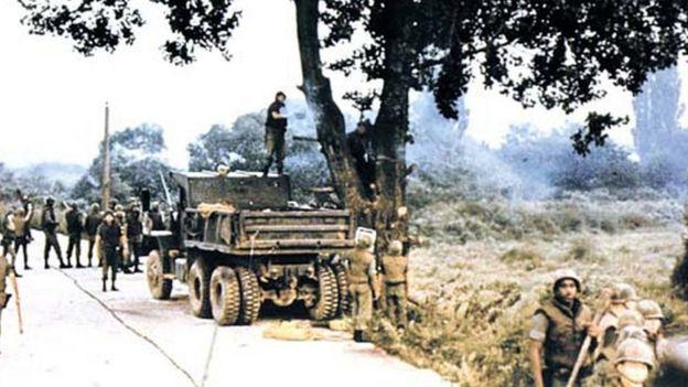 تشذيب شجرة كاد أن يؤدي إلى اندلاع حرب بين الكوريتين _108364992_axe-tree1