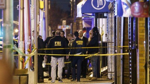 """محققو مكتب التحقيقات الفيدرالي الأمريكي """"إف بي آي"""" هرعوا إلى مسرح الحادث للتحقيق."""
